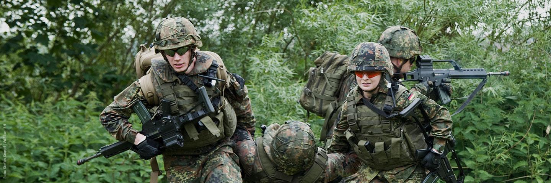 Reservisten und Aktive bei einer öffentlichen Vorführung zum Tag der Bundeswehr in Plön 2017