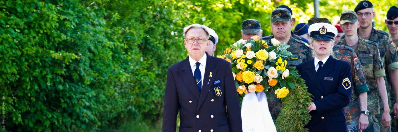 Im Gedenken der gefallenen Kameradinnen und Kameraden auf der ganzen Welt