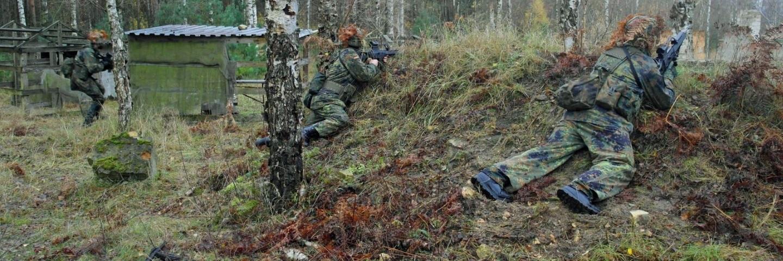 Reservisten auf der Waldkampfbahn in Stellung