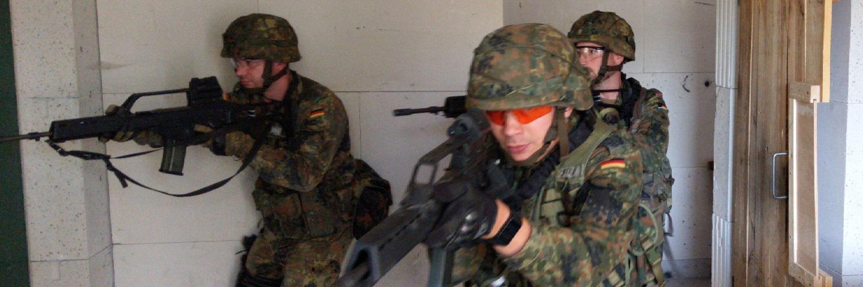 Reservisten stürmen in einen Raum
