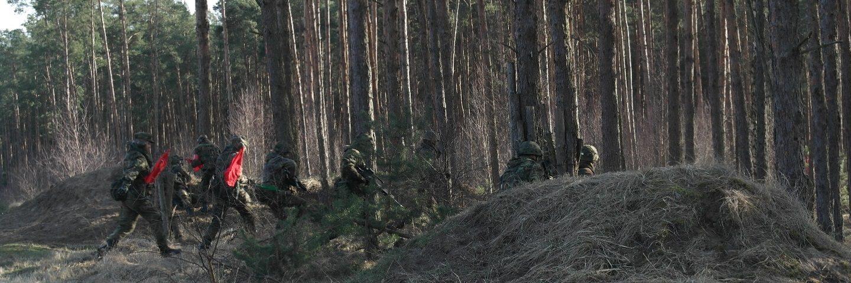 Eine Schießrennen mit Funktioner rennen in ein Wald rein