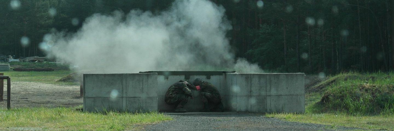 Handgranatenwurfstellung mit 2 Reservisten in Deckung nach dem Explosionsknall