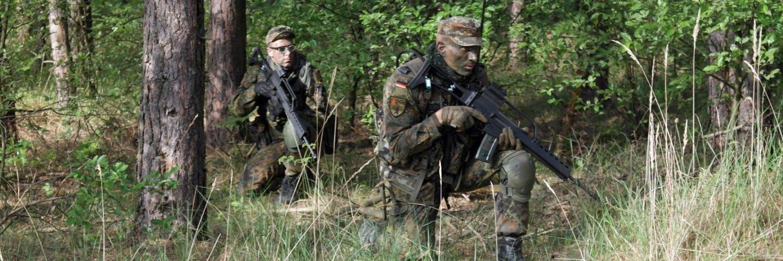 2 Reservisten kniend im Wald