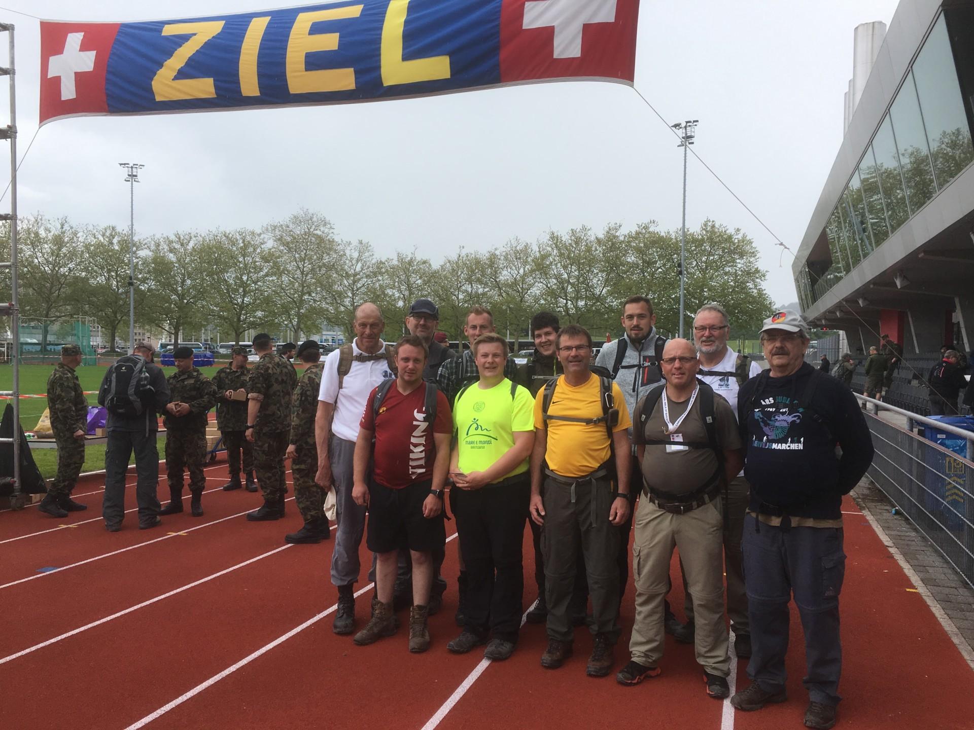 Gruppenfoto mit allen Teilnehmern im Leichtathletikstation Wankdorf